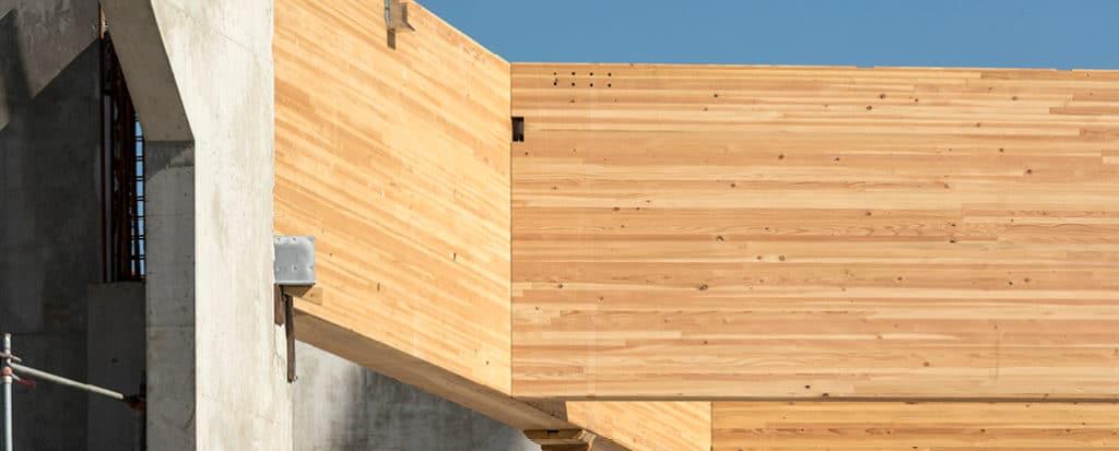 Charpente en bois lamellé-collé réalisée par Cosylva dans la creuse. Elle est visible dans la piscine olympique de Chambéry.