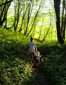 Femme et enfant marchant dans une forêt française - COPYRIGHT Dmitry Gladkikh